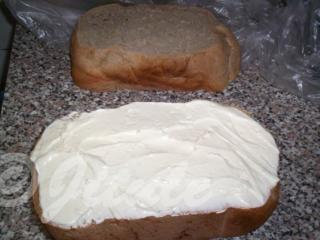 Chleba podélně rozkrojíme a namažeme česnekovou pomazánkou (tu jsem dala schválně dovnitř, aby nebyl dort cítit česnekem).