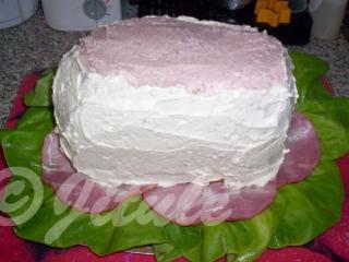 Celý dort dokola potřeme pomazánkou z Nivy.