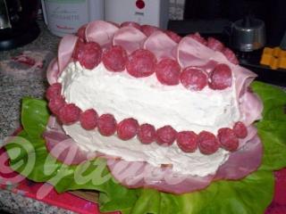 Pak už je jen na Vás, jak dortík ozdobíte. Neměla jsem moc času, takže jsem tenhle dortík spáchala za 45 minut. Tvary sýru jsem vykrájela zdobítky na vánoční cukroví.